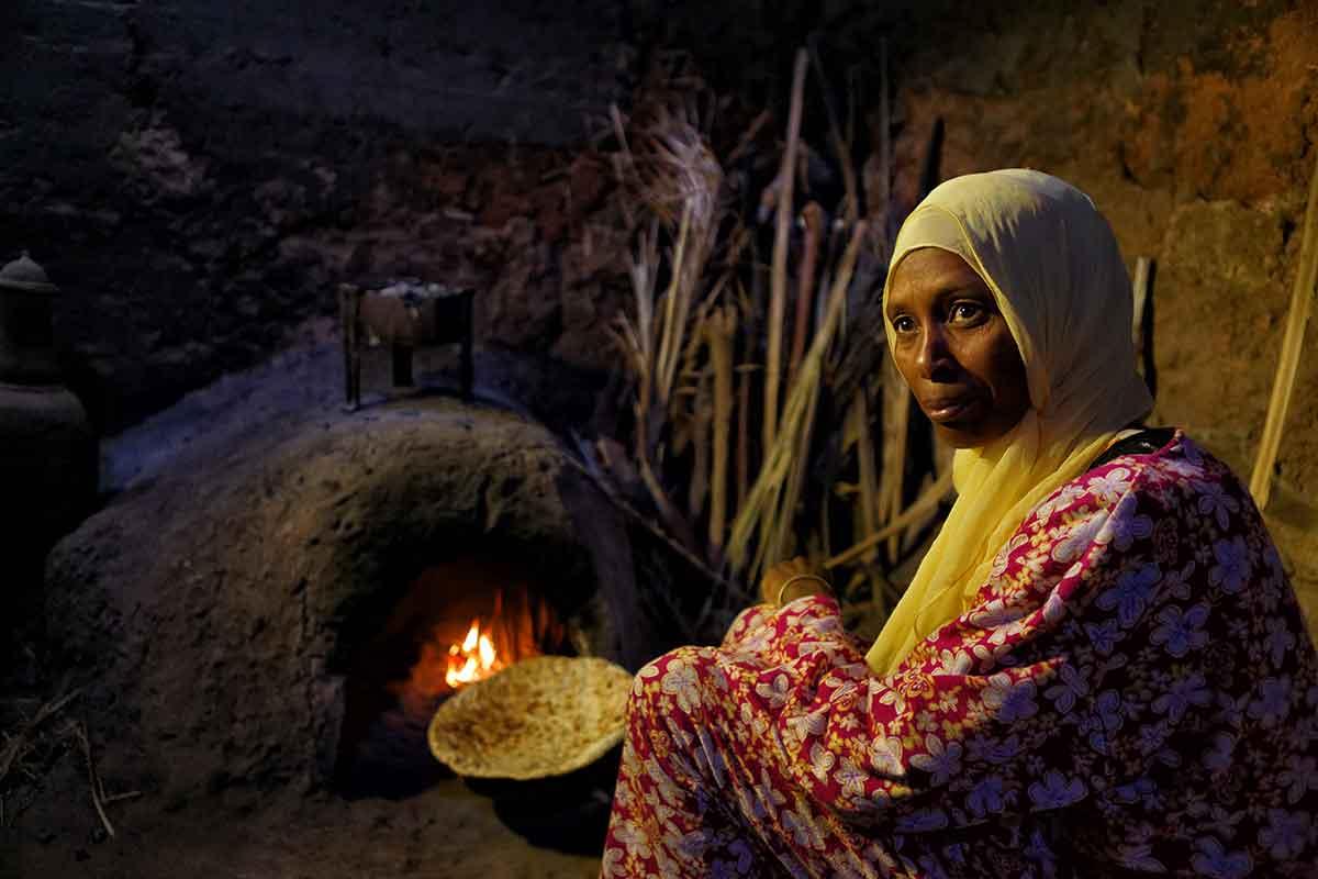 Mujer en horno de pan en el oasis de fint