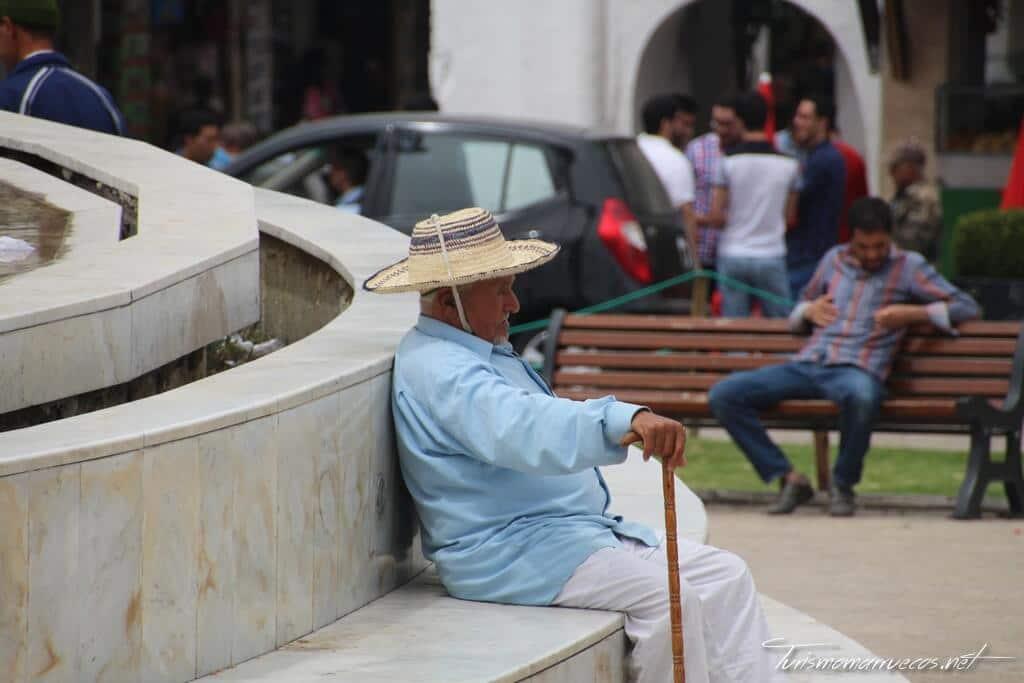 Hombre descansando en la plaza 9 de abril de 1947