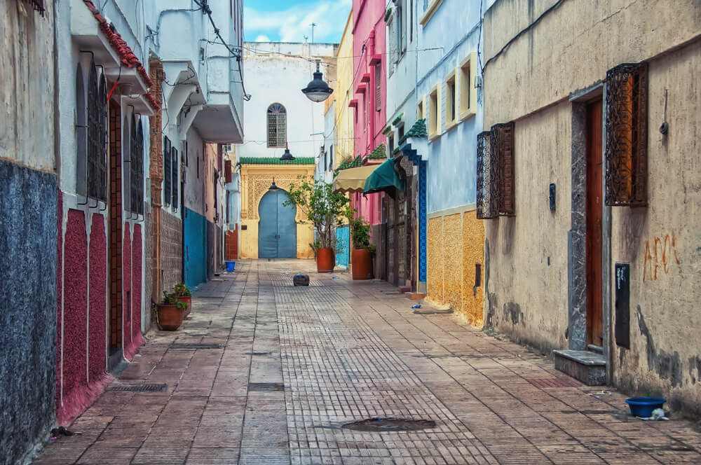 Calle vacía de la medina de Rabat