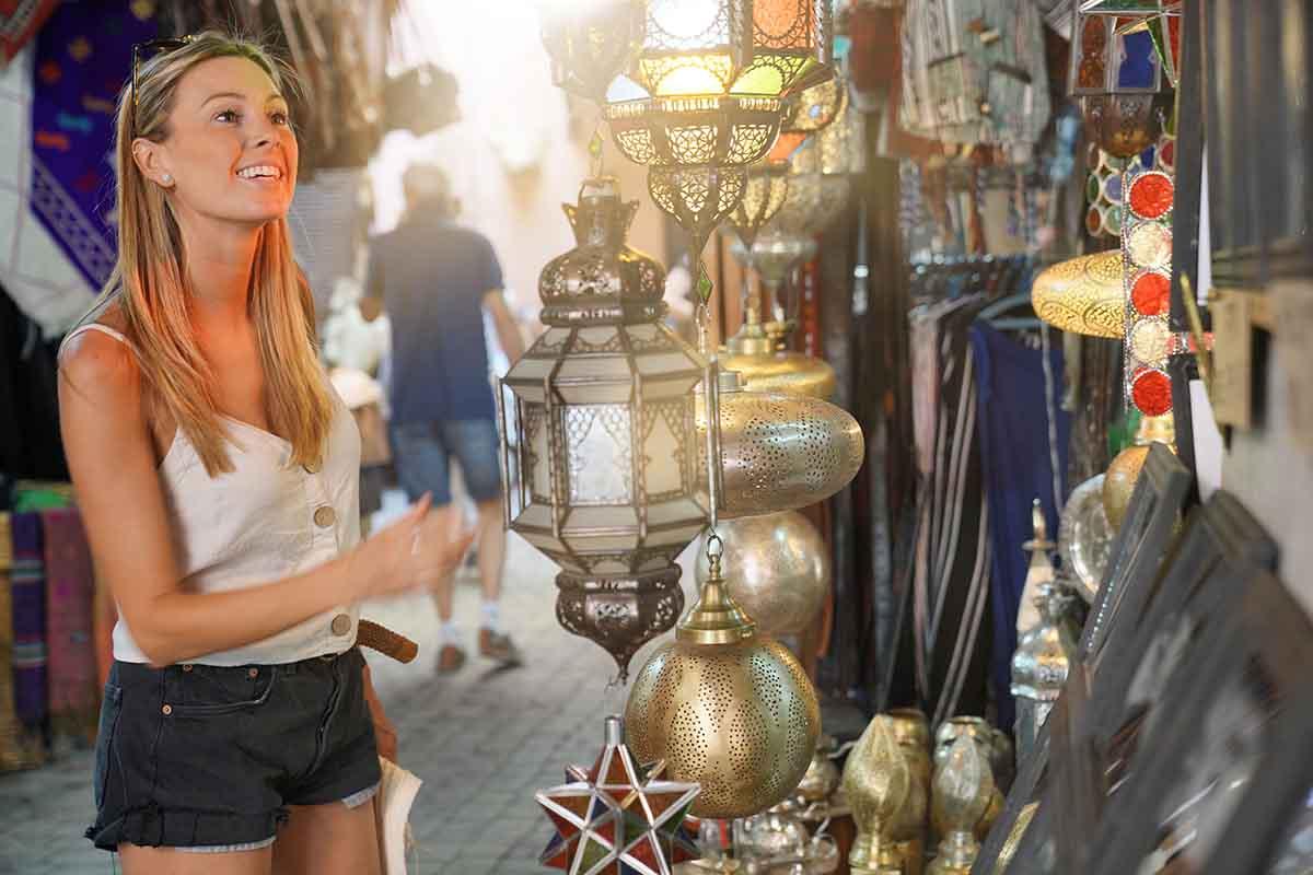 Turista comprando y regateando en Marruecos